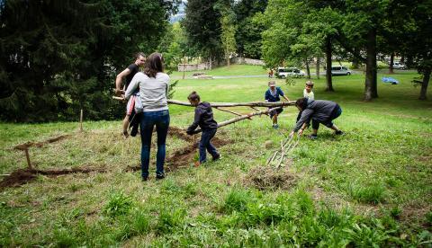 """Construction de """"la cabane aux haricots magiques"""" avec le Jardin pour la Terre"""